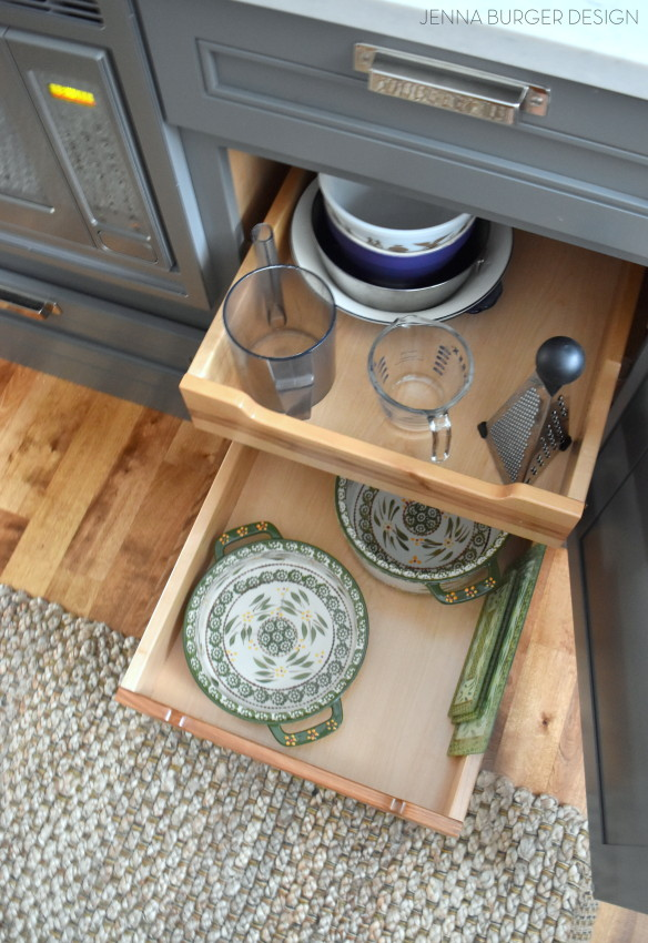 Roll-out drawers in the base cabinet